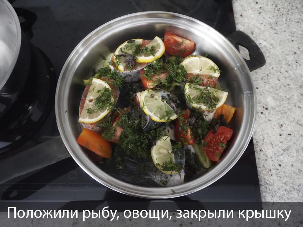 Укладываем рыбу и овощи в сотейник iCook